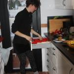 Åsa i köket framför terassen